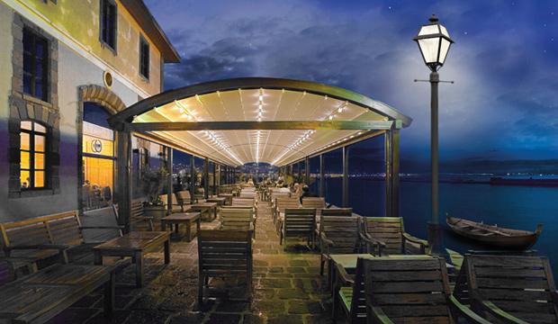 Pergola à Toile Rétractable Automatisée Terrasse de Restaurant
